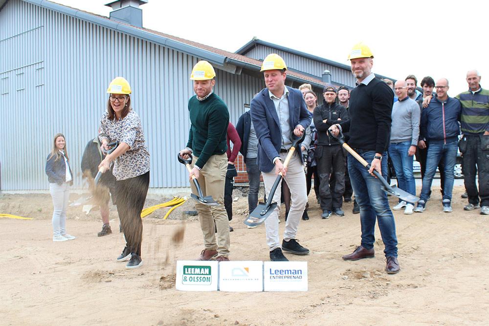 De første spadetakene til det nye Rekkverkbutikken-kontoret
