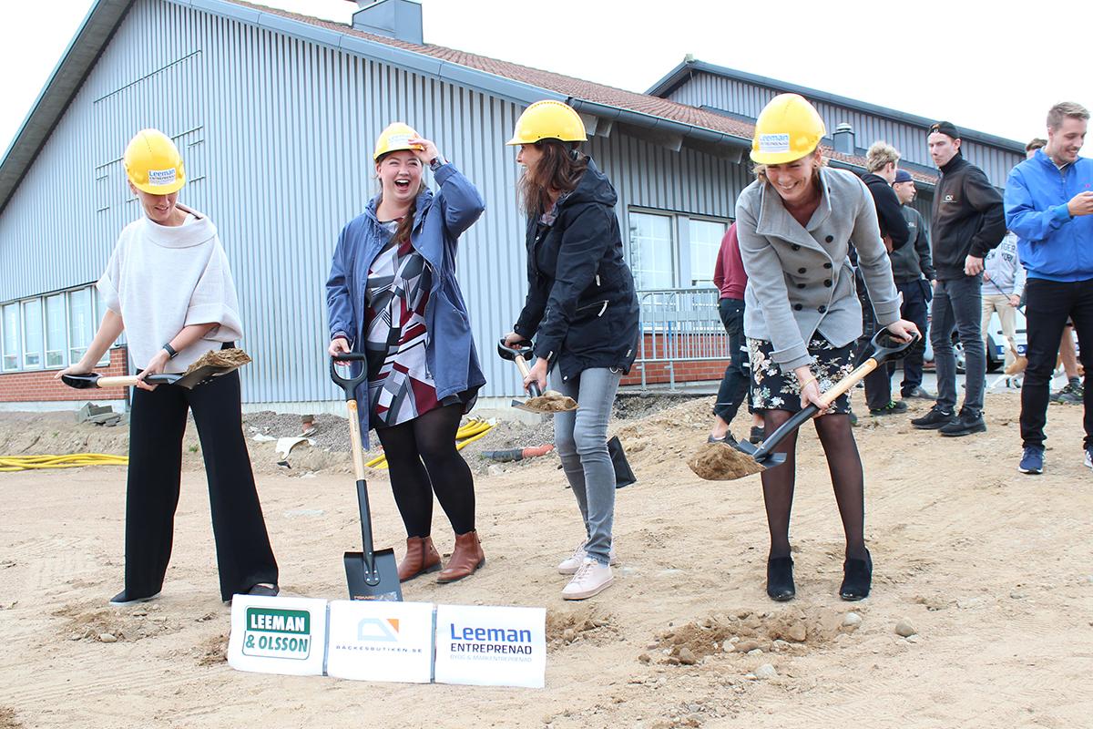 Rekkverkbutikkens ansatte tar første spadetaket til de nye lokalene!