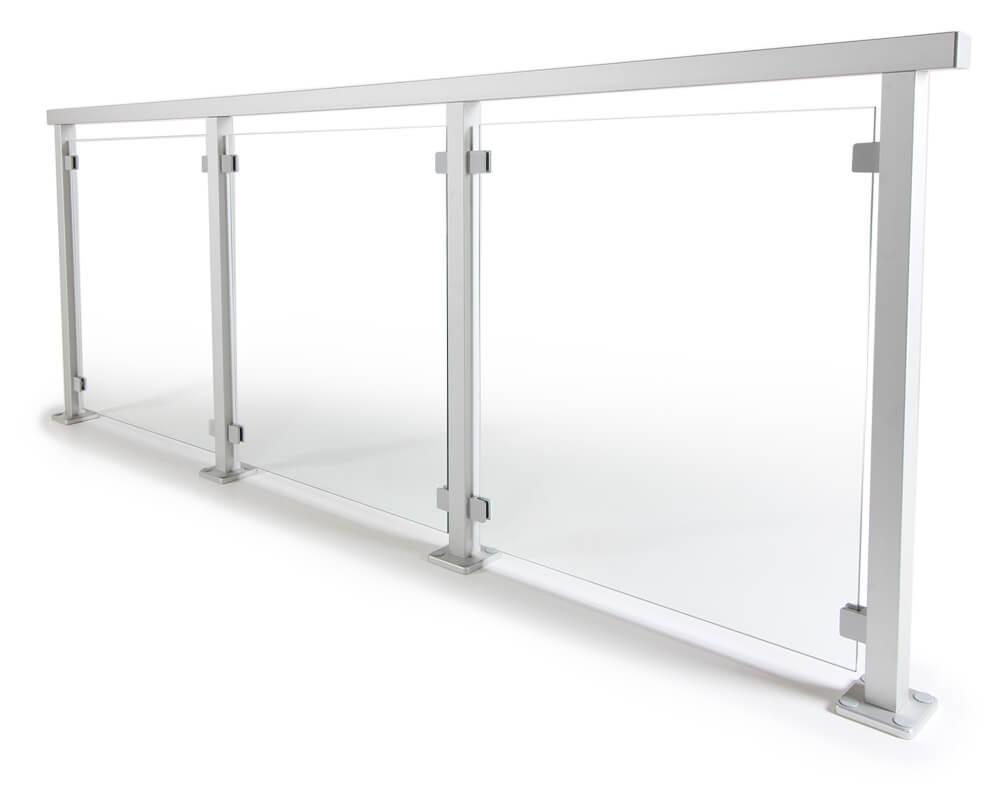 glassrekkverk med stolper av aluminium
