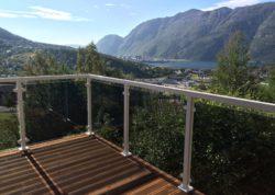 Aluminiumrekkverk med sotet glass på terrasse